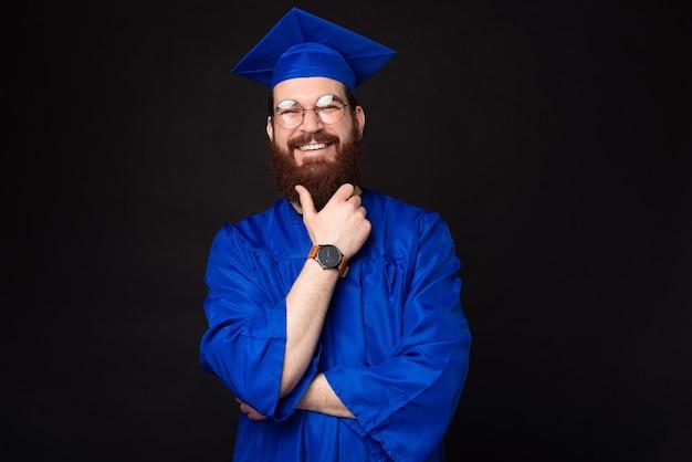 Portrait de jeune homme étudiant barbu souriant en baccalauréat