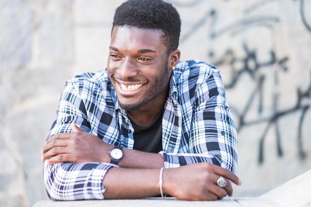 Portrait de jeune homme européen africain noir joyeux joyeux