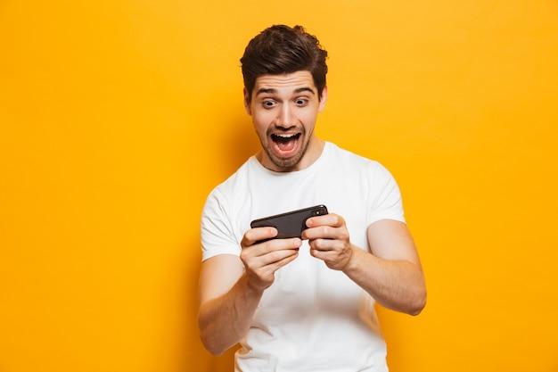 Portrait d'un jeune homme excité, jouer à des jeux