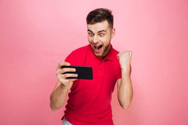 Portrait d'un jeune homme excité à jouer à des jeux