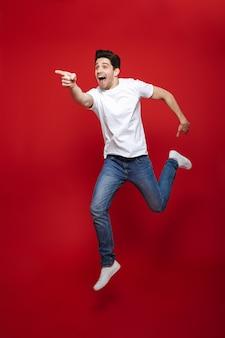 Portrait d'un jeune homme excité