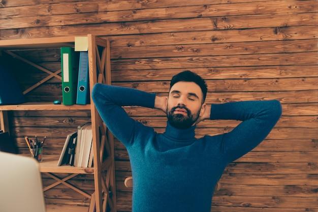 Portrait de jeune homme fatigué ayant pause et dormir