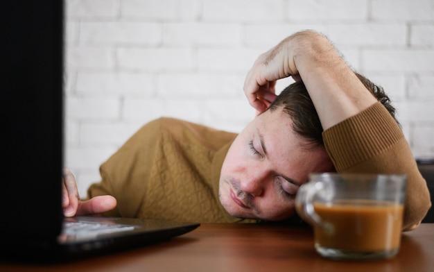 Portrait de jeune homme fatigué du travail