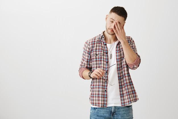 Portrait de jeune homme fatigué posant