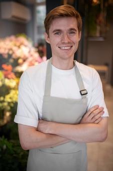 Portrait de jeune homme fleuriste au travail