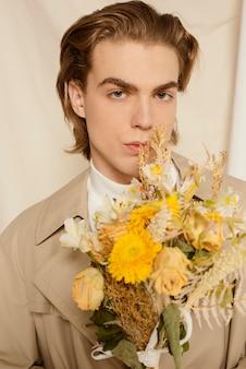 Portrait de jeune homme avec des fleurs
