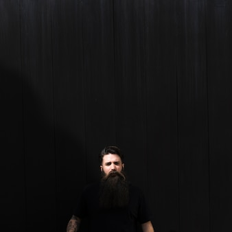 Portrait d'un jeune homme sur fond noir