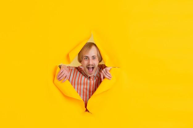 Portrait de jeune homme sur fond de rupture jaune déchiré