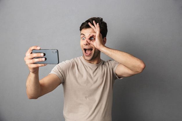 Portrait d'un jeune homme gai en t-shirt