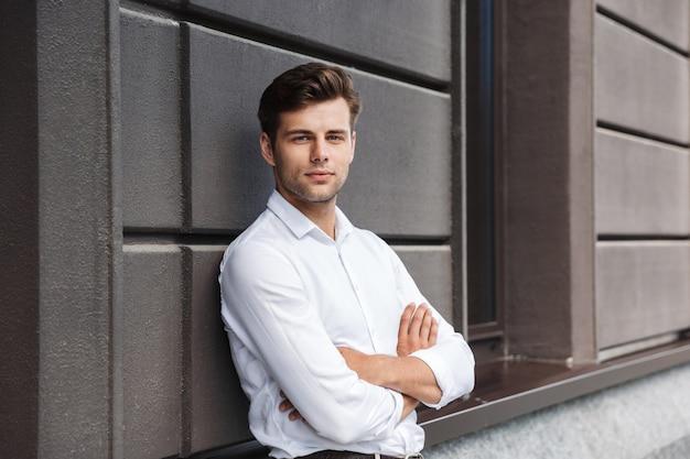 Portrait d'un jeune homme habillé formel confiant