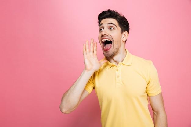 Portrait d'un jeune homme heureux hurlant fort
