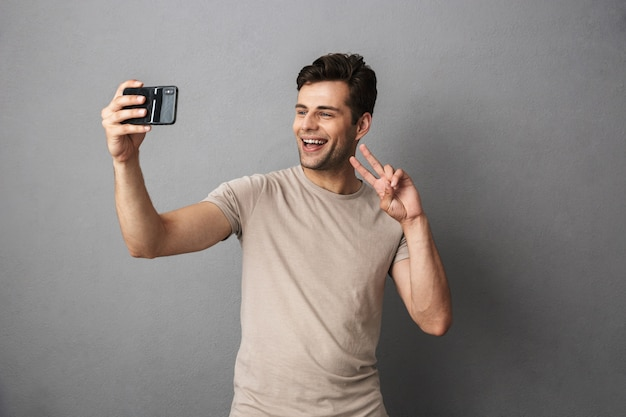Portrait d'un jeune homme heureux en t-shirt