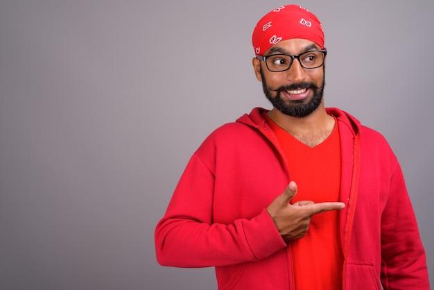 Portrait de jeune homme indien beau portant une chemise rouge