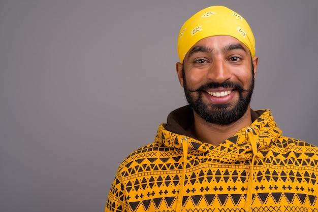 Portrait de jeune homme indien beau portant un sweat à capuche