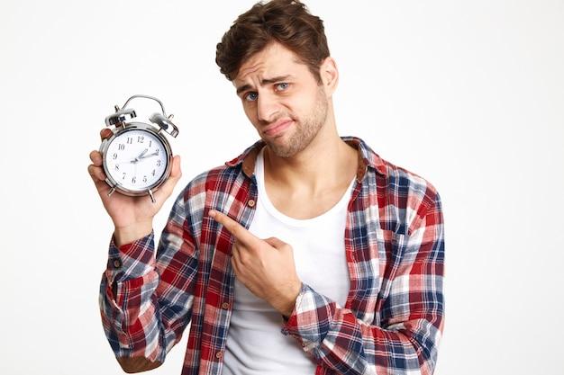 Portrait d'un jeune homme insatisfait, pointant le doigt