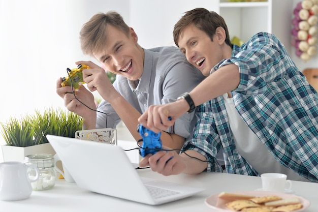 Portrait d'un jeune homme jouant à des jeux informatiques