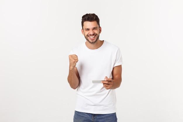 Portrait d'un jeune homme jouant à des jeux vidéo sur téléphone mobile.