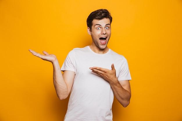 Portrait d'un jeune homme joyeux pointant du doigt