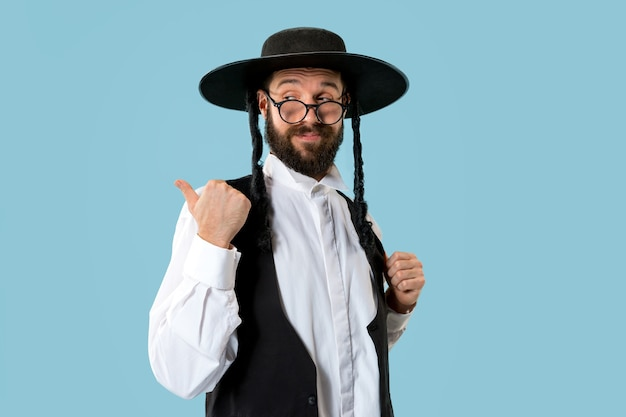 Portrait d'un jeune homme juif orthodoxe au festival pourim. vacances, célébration, judaïsme, tradition, concept de religion.