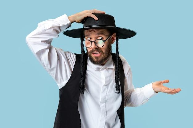 Portrait d'un jeune homme juif orthodoxe pendant le festival de pourim.