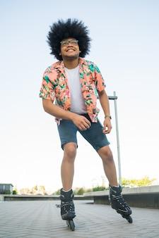 Portrait de jeune homme latin roller à l'extérieur dans la rue. concept sportif. concept urbain.