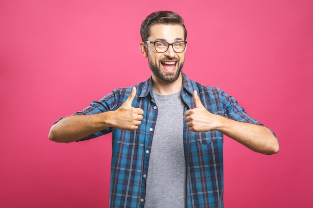 Portrait de jeune homme à lunettes montrant les pouces vers le haut
