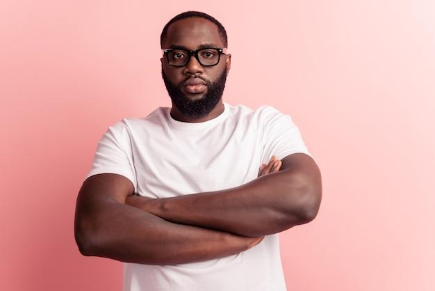 Portrait de jeune homme mains jointes confiant posant dans des lunettes