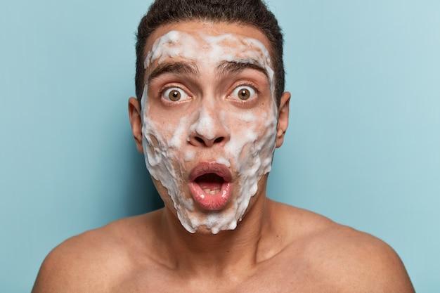 Portrait de jeune homme avec masque facial