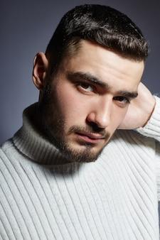 Portrait d'un jeune homme de la mode en contraste noir et blanc.