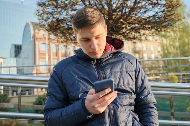 Portrait de jeune homme en plein air