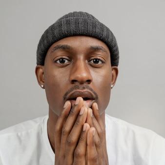 Portrait jeune homme portant une casquette posant