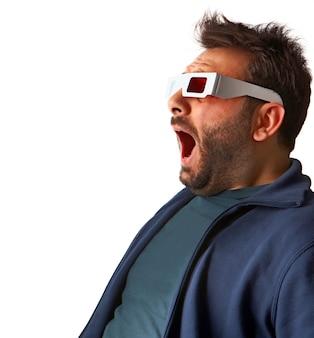 Portrait d'un jeune homme portant des lunettes 3d