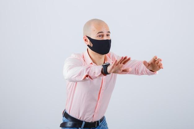 Portrait de jeune homme portant un masque de protection