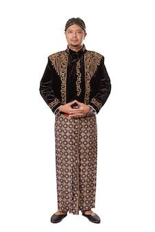 Portrait d'un jeune homme portant des vêtements traditionnels javanais