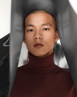 Portrait jeune homme posant