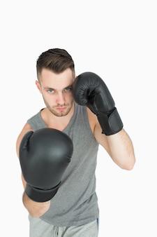 Portrait de jeune homme en position de boxe