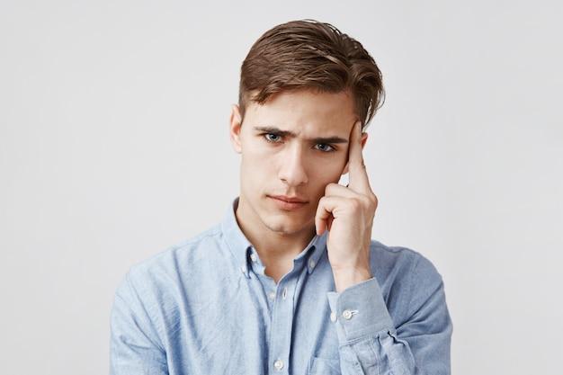 Portrait de jeune homme qui a l'air très inquiet.