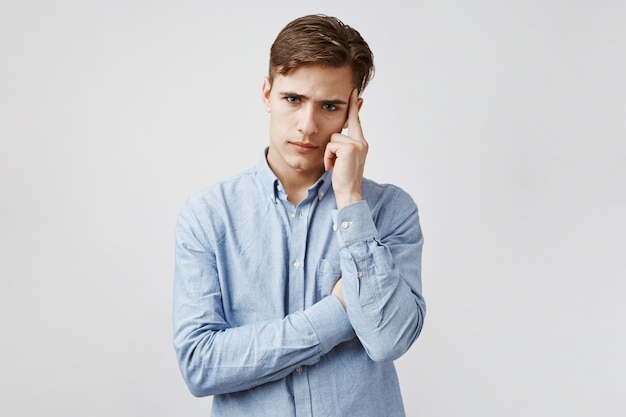 Portrait de jeune homme qui essaie de se concentrer.