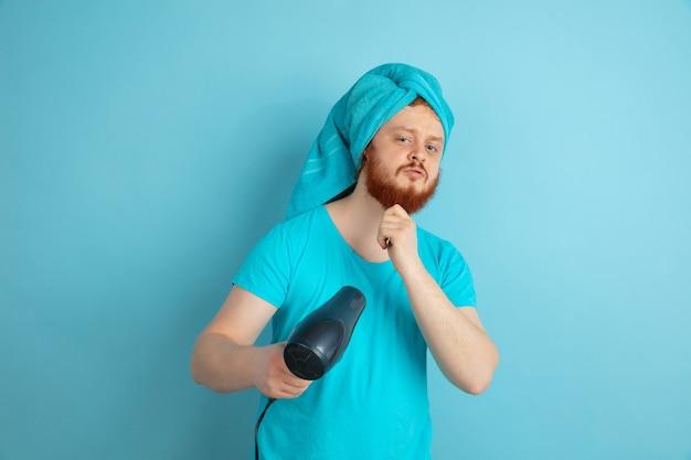 Portrait de jeune homme de race blanche dans sa journée de beauté et routine de soins de la peau