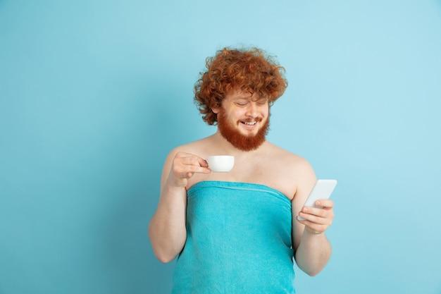 Portrait d'un jeune homme de race blanche dans sa journée de beauté et sa routine de soins de la peau