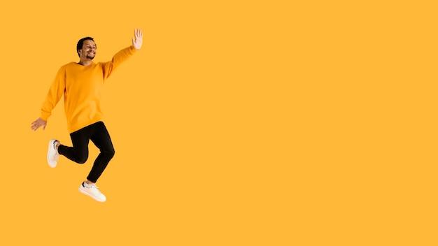 Portrait jeune homme sautant avec espace copie