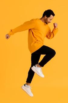 Portrait jeune homme sautant