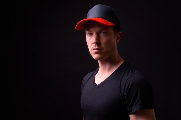 Portrait de jeune homme scandinave beau sur fond noir