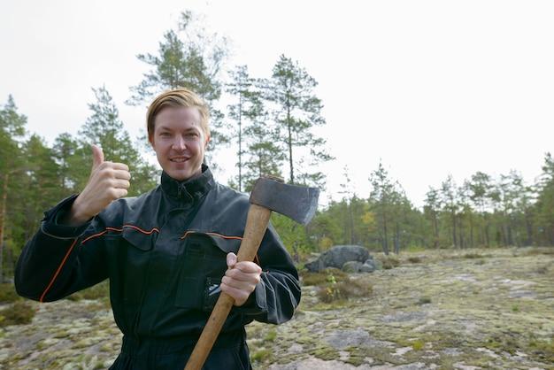 Portrait de jeune homme scandinave beau prêt pour la récolte dans la forêt à l'extérieur