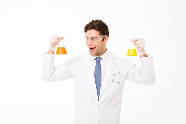 Portrait d'un jeune homme scientifique excité