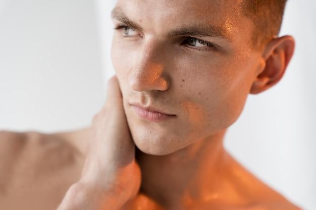 Portrait de jeune homme se bouchent