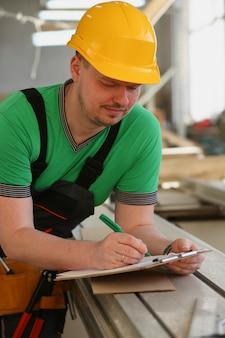 Portrait de jeune homme séduisant au travail