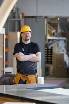 Portrait de jeune homme séduisant dans des vêtements de travail