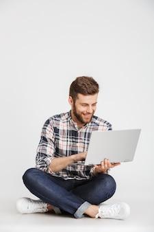 Portrait d'un jeune homme souriant en chemise à carreaux
