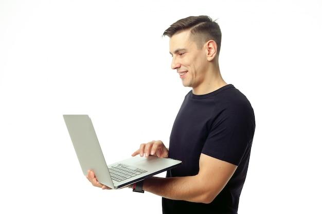 Portrait de jeune homme souriant avec ordinateur portable isolé
